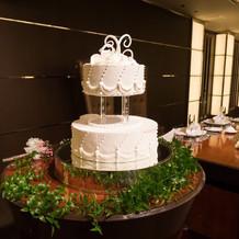 本番時のウェディングケーキ装花