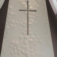 新郎新婦が誓いを立てる十字架
