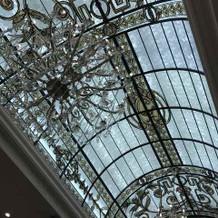 披露宴会場の天井と照明