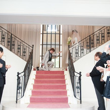 Y字階段で王子様ポーズ