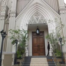 教会の入り口前のドア