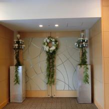 披露宴会場への扉。人前式はこの前で。