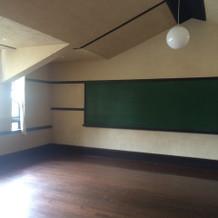 控え室は、教室です。