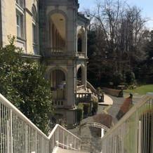 大きい方の披露宴会場から庭園へ降りる階段