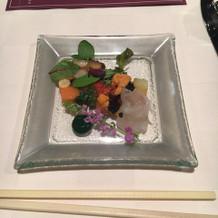 小さな野菜のテリーヌと魚のマリネ前菜