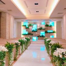 挙式会場 白く清潔感のある会場 花は造花