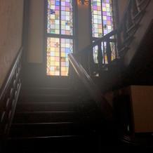 写真映え抜群の階段、ステンドグラス
