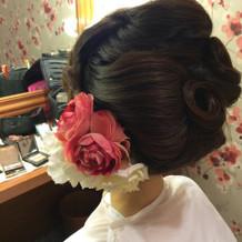 和装でのヘアーアレンジと花飾り。