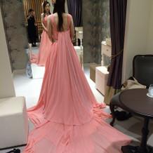 後ろの長さが特徴的なカラードレス
