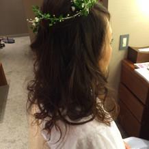 カラードレスでのヘアーアレンジと花飾り。