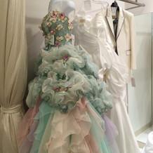 あわい色使いのドレスが多いです(^^)