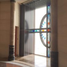 チャペル前のステンドグラス(出口正面)
