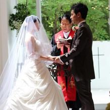 クラウディアの白ドレスと茶色のタキシード