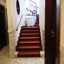 階段を上ってチャペルへ