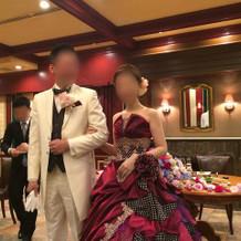ワインレッドのキラキラカクテルドレス