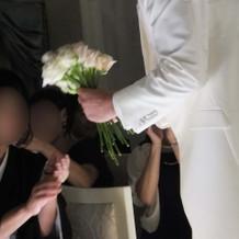 受け取った花を束ね、新婦にプレゼント