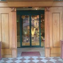 季節によって装飾が変化する正面玄関