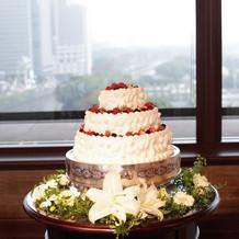 披露宴会場 ケーキと花