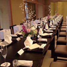 ゲストの席はひとつの長テーブル