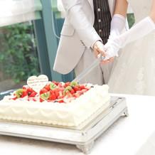 ウエディングケーキ入刀です。