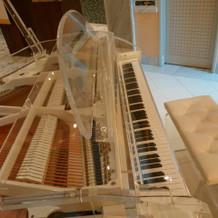 挙式会場プリエにある透明なピアノ