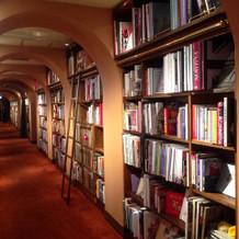 本棚がある会場ここから階段で降ります