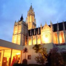夜の教会の雰囲気