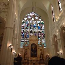 教会の内装。ステンドグラスが綺麗です。