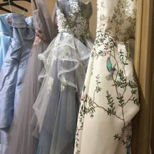 会場の雰囲気と合うドレス