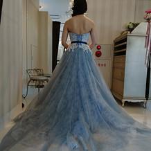 サッシュベルト付きの水色ドレス