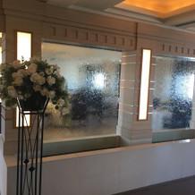 小宴会場の手前の部屋には壁面に水が流れる