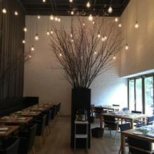 レストラン。縦長で、天井も高い。