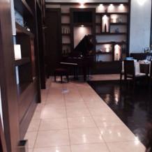 披露宴会場にはグランドピアノ