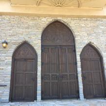 教会の三枚扉。結構珍しいそうです。