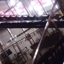 螺旋階段とクロークと喫煙所