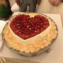 ケーキの周りは造花です