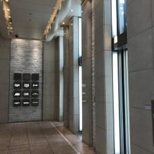 このエレベーターで上へ上がる