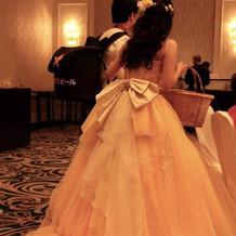 ベルみたいな黄色のカラードレスにしました
