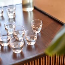 日本酒はお猪口に注いで提供