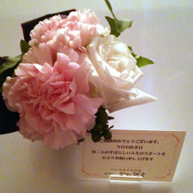 ホテルのお部屋。お花とメッセージ。