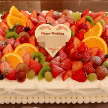 フルーツ盛沢山のウエディングケーキ