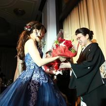 両親への花束贈呈、ドレスが映えました