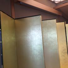 金屏風でスペースの空きをカバー