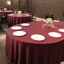 大きな披露宴会場のテーブルも用意できる