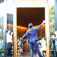 挙式では、みんなで踊ってた入場しました。