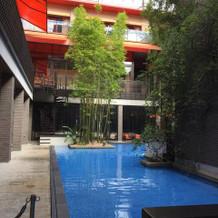 施設内のプール