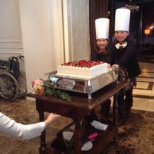 いとこがケーキを運んできてくれました。