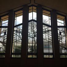 挙式会場のホールの飾り窓です