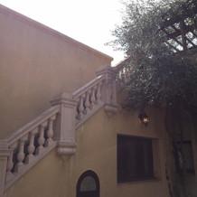 屋上へ続くパティオの階段