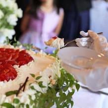 ケーキは中に苺以外のフルーツも隠されてる